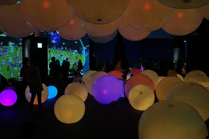光のボールでオーケストラ、奥:3Dお絵かきタウン