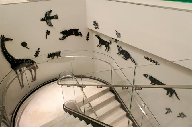 階段にはたくさんの種類の動物、子どもに限らず見入ってしまう
