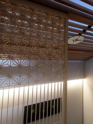 組子細工の建具、天井にはメッカの方角を示すサイン