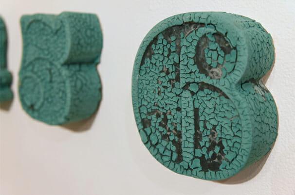 ハウスインダストリーズのフォントを使った、数字の形をした壁掛け花瓶