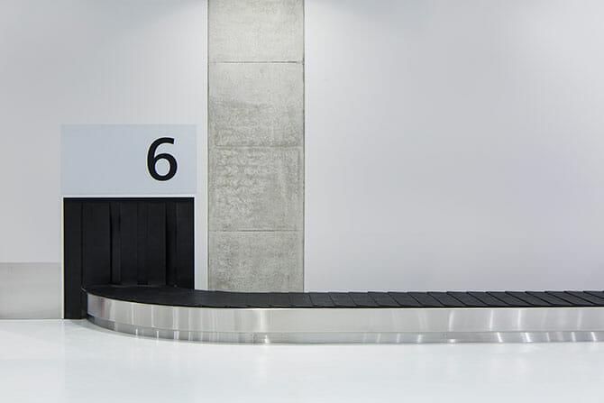 フォントはシャルル・ド・ゴール空港のために開発されたフルティガー (Frutiger)をベースにしたNeue Frutiger