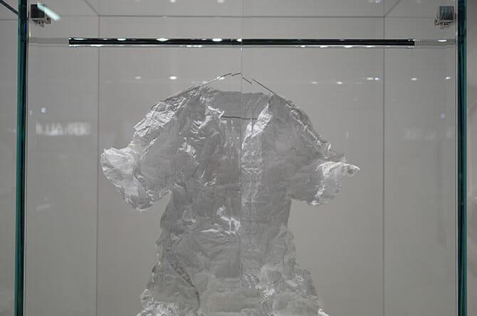 吉岡徳仁「Prism」、紙の服も吉岡自身による