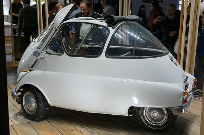 ミラノサローネこぼれネタ:ミラノサローネのブースより、ランブレッタと古い自動車 (4)