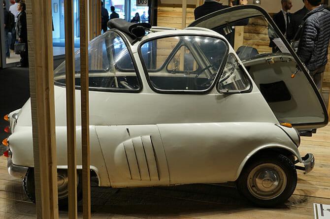 ミラノサローネこぼれネタ:ミラノサローネのブースより、ランブレッタと古い自動車 (3)