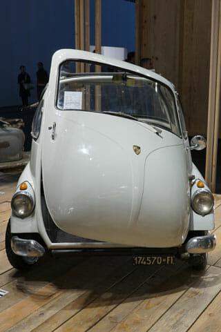 ミラノサローネこぼれネタ:ミラノサローネのブースより、ランブレッタと古い自動車 (2)