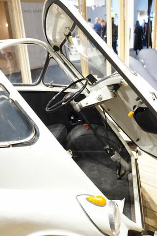 ミラノサローネこぼれネタ:ミラノサローネのブースより、ランブレッタと古い自動車 (5)
