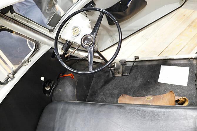 ミラノサローネこぼれネタ:ミラノサローネのブースより、ランブレッタと古い自動車 (6)