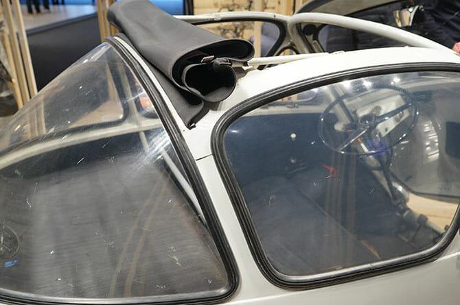 ミラノサローネこぼれネタ:ミラノサローネのブースより、ランブレッタと古い自動車 (7)