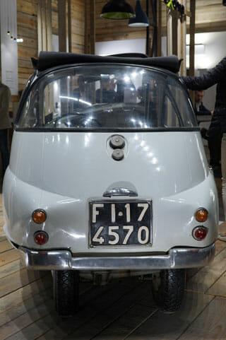 ミラノサローネこぼれネタ:ミラノサローネのブースより、ランブレッタと古い自動車 (1)