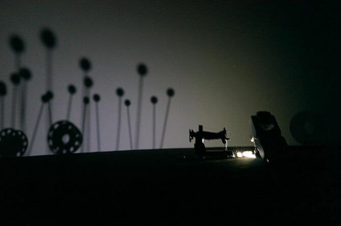 AISIN - Imagine New Days クワクボリョウタ氏のインスターレション、ミシン・裁縫道具と自動車部品にロボットアームで照明をあてる