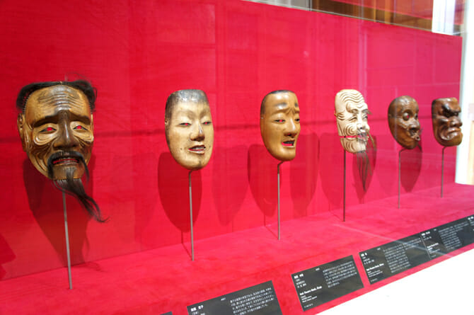 (左から)能面・三光尉、童子、中将、翁、うそぶき、大べし見【日本】