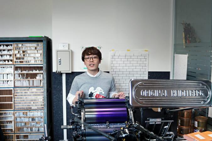 活版印刷機の仕組みを説明する高田唯氏
