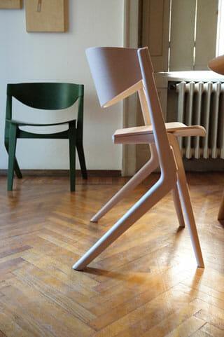 新たなデザイナー クリスチャン・ハースによる「SCOUT」シリーズから椅子のプロトタイプ、座面の奥行きが狭いが座ってみると腰はたっぷり落ち着く