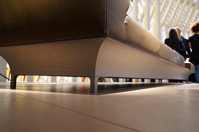 アトリエ・オイ(atelier oï)「TEO」、4mほどの長さを持つソファ、土台はアルミニウム押し出し成形