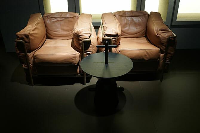 Cassina、LC2(グランコンフォート)の新色とハイメアジョンのテーブル