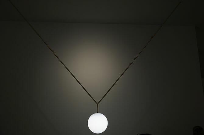 「NOTCH」Michael Anastassiades、文字通りペンダントに見えるペンダントランプ、喉の下のくぼみというネーミング