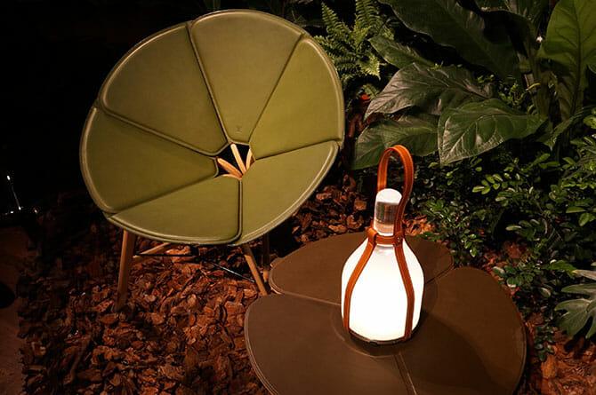 Objets Nomades、右「BELL LAMP」Barber & Osgerby