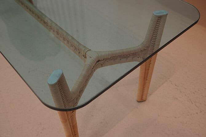 「Relation collection」オミ タハラ(田原 臣)、独特な脚は軸を金属のチューブで表面を籐で仕上げている