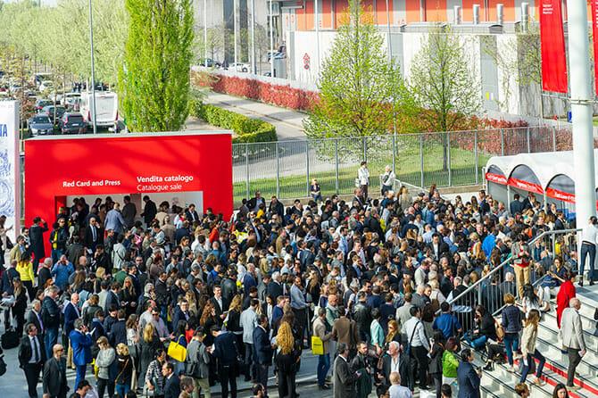 駅を降りて地上に出た状況、会場入口への行列、Photo by Alessandro Russotti