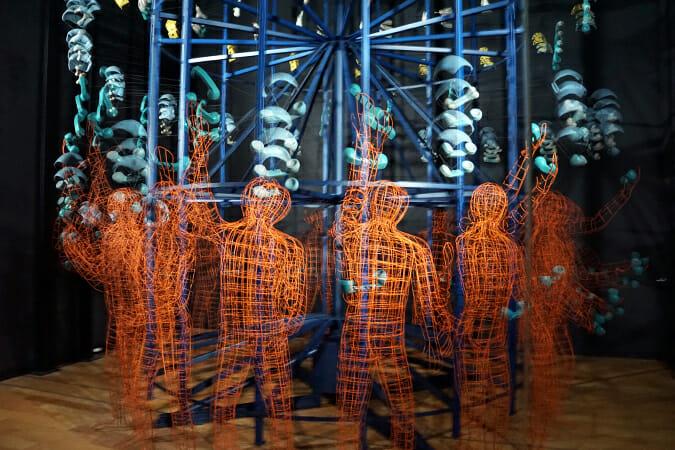 グレゴリー・バーサミアン氏/「ジャグラー」-大きな円筒形のフレームに等間隔でとりつけられた、ジャグラーと空中に投げられる物体が暗い空間を高速で回転。それぞれの瞬間として作られた立体が点滅するストロボに照らされると、アニメーションのように「動いている」光景に見える