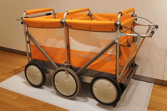 6輪ひなん車 キンダークライム / 子どもの避難車になる「おさんぽ車」。中仕切りをつけたことや、内部のクッション材により安全性を高めた(株式会社 フレーベル館)