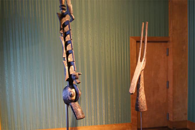 (左から)動物をかたどった仮面/ボボ・ウレ、アドネ仮面/クルンバ【共にブルキナファソ】