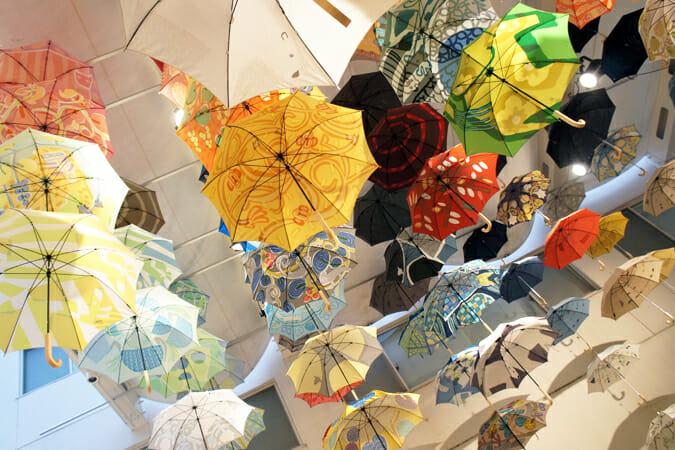 雨の日でも心おどるような傘がきっと見つかる、「鈴木マサルのテキスタイル 傘とラグとタオルと」