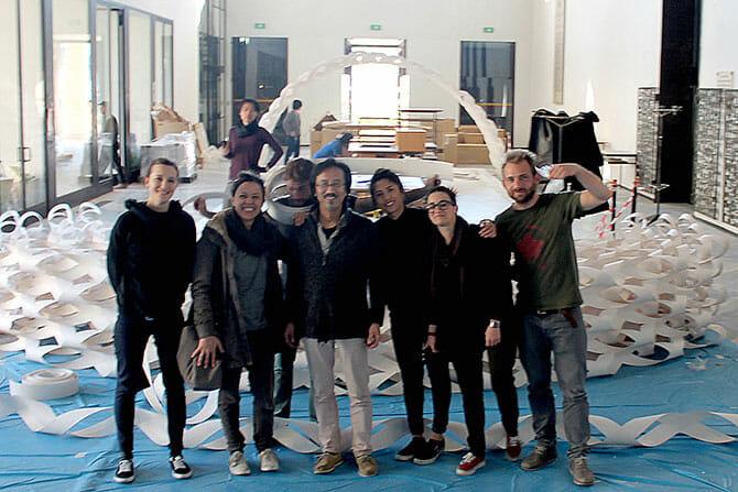 中央が天野忠夫氏、設営に参加したミラノ工科大学学生達と