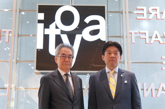 (写真右から)伊東屋 代表取締役社長の伊藤明氏、竹尾 代表取締役社長の竹尾稠氏