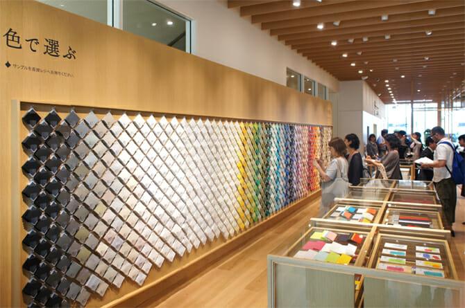 7F 「竹尾見本帖 at Itoya」全部で1082種類の中から好きな紙を選ぶことができる
