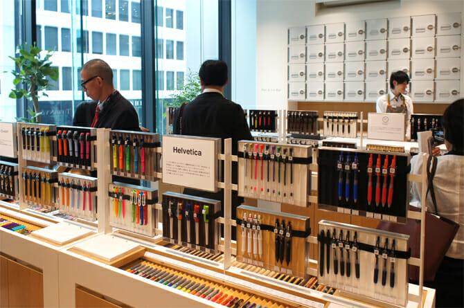 3F Pen&Ink Barでは700種類のペンの中から自分に合った一品を選ぶことができる