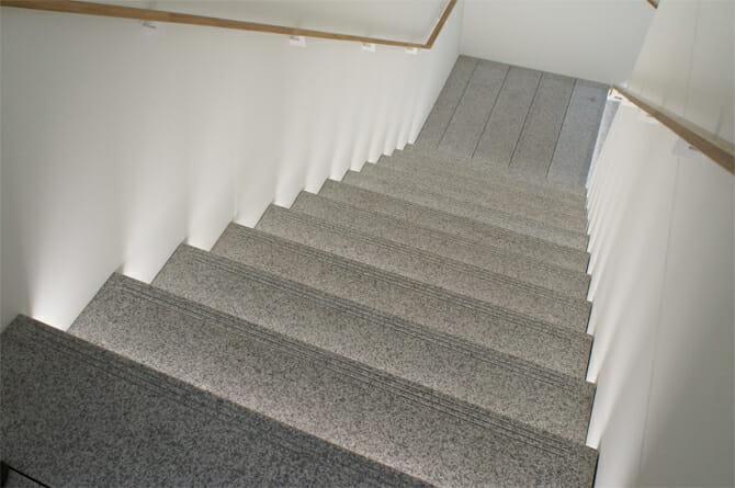B1F 1Fに続く階段の一部は旧本店の御影石を使った階段が移設されている