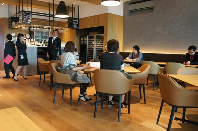 12F 働く人を身体の中からサポートするカフェ&レストラン。11Fで収穫された野菜を食べることができる