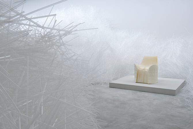 2001年に発表し世界の注目を浴びた紙の椅子「Honey-pop」(右)