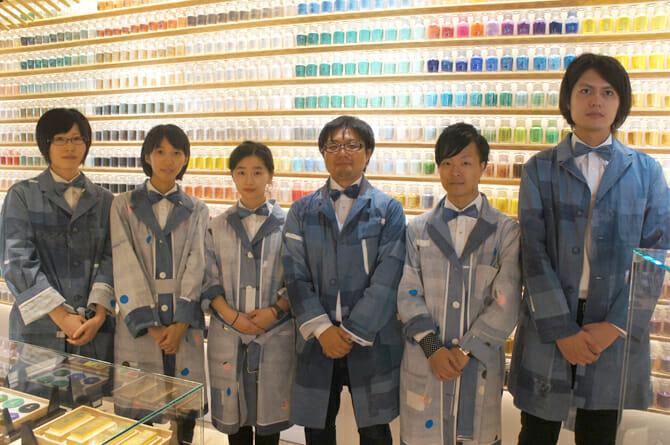 ショップコートはspoken words projectの飛田氏がデザイン。扱う画材をヒントに「顔料=硬質、水=柔らかい」をリバーシブルで表現