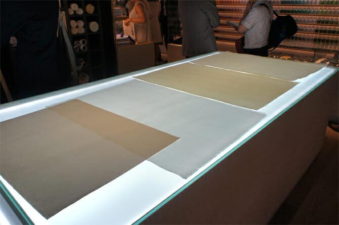 ライティングテーブルでは和紙の質感がわかりやすくなる