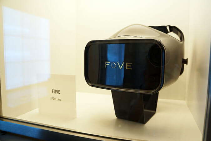 内部に赤外線式の視線追跡センサーを備えたVRヘッドマウントディスプレー「FOVE」