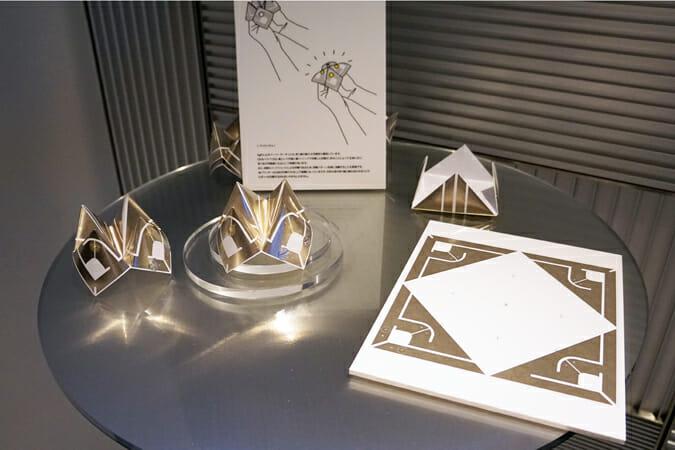 折り目同士が触れると回路が繋がり発光する、AgIC社の導電性インクを活用した「パックンチョ」