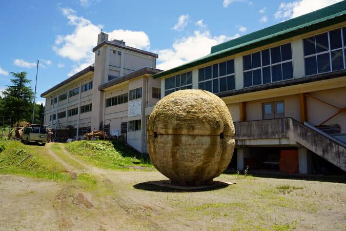 直径約4.2m、厚さ25cmの土の球体「球体 01」(大平和正)