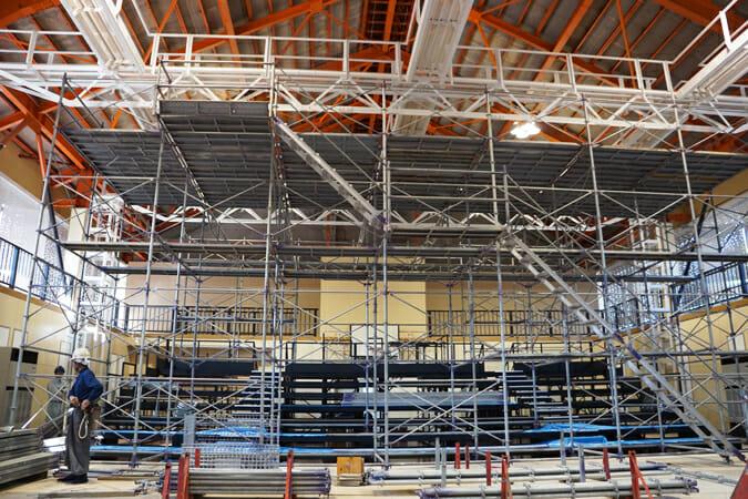 旧上郷中学校の体育館を劇場空間にした「上郷クローブ座」