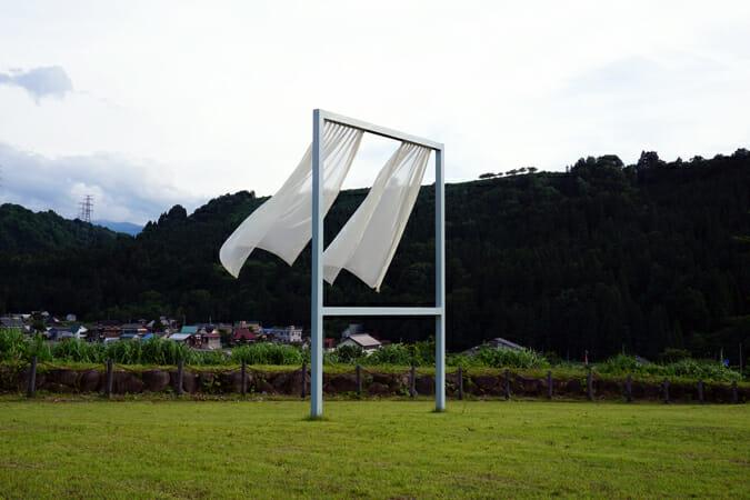 妻有を見渡す台地に立つ「たくさんの失われた窓のために」(内海昭子)