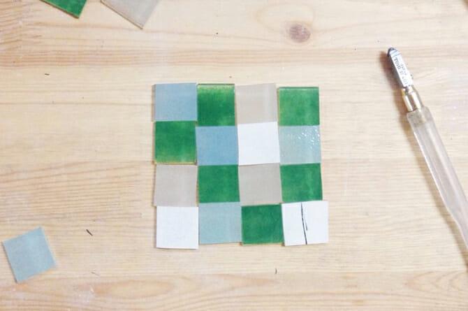 チェックの器を作る際の工程写真。写真右手にある道具はガラスカッター(写真提供:八木麻子さん)