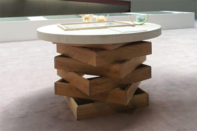 無垢のフローリング材を四角く組み合わせ、それを重ねて作られた什器
