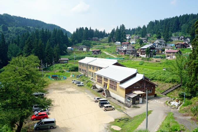 旧真田小学校が「絵本と木の実の美術館」として再生