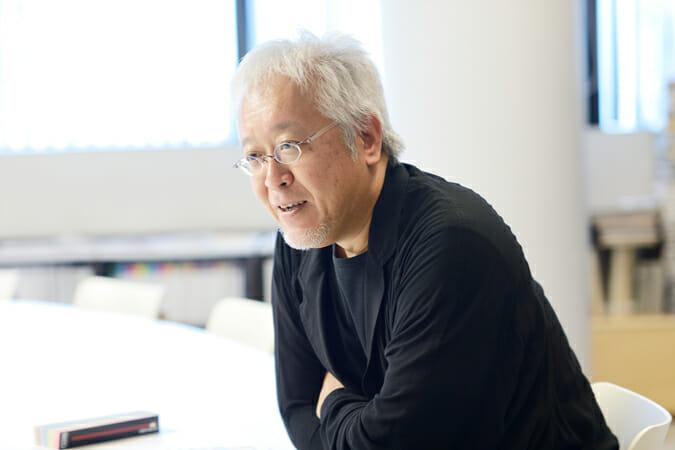 原研哉(はらけんや)/グラフィックデザイナー 。1958年岡山県生まれ。1983年武蔵野美術大学大学院デザイン専攻修了。同年日本デザインセンター入社、現在同社代表取締役。長野オリンピック開・閉会式プログラム、EXPO2005愛知公式ポスター、AGF「MAXIM」、梅田病院サイン計画、松屋銀座リニューアル、集英社新書、無印良品アートディレクション、森ビルVI、NTT「らくらくホンベーシック」などのデザインを行う。「もの」のデザインと同様に「こと」のデザインを重視して活動中。