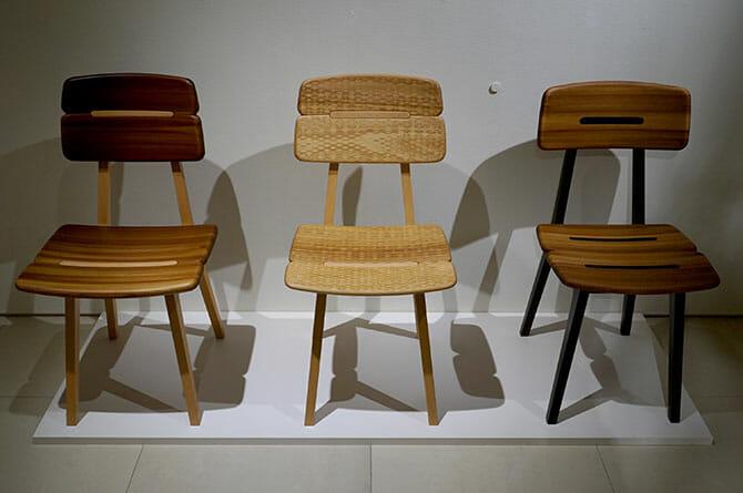 岐阜県の飛騨産業とのコラボレーションによる椅子「Gifoï chair」(ギフォイ、岐阜+オイ)、杉の圧縮材を使っている、左が試作1、中央が2、右が3