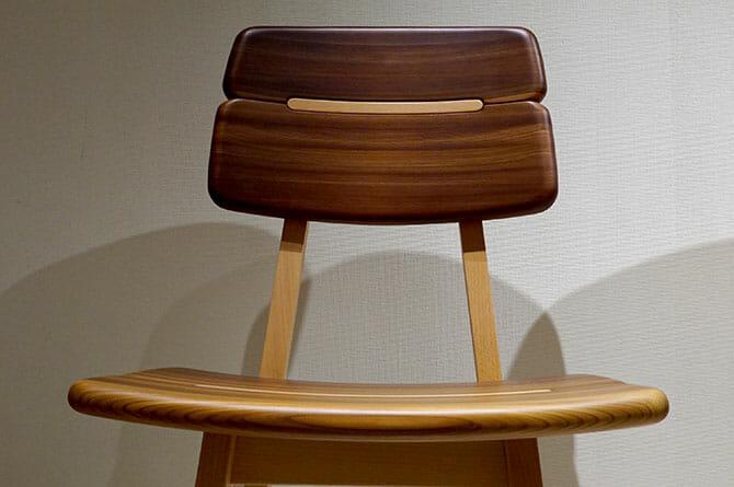 「Gifoï chair」座面と背面を見て、杉の圧縮加工なのに曲がるのか?と思うが、これは引抜による。それにしては木目が揃っており不思議