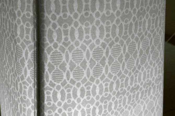 「Minoï」美濃和紙の透かし柄は、高橋理子氏デザインの3210minoによるもの、柄を表現するために通常より短めの繊維を利用している