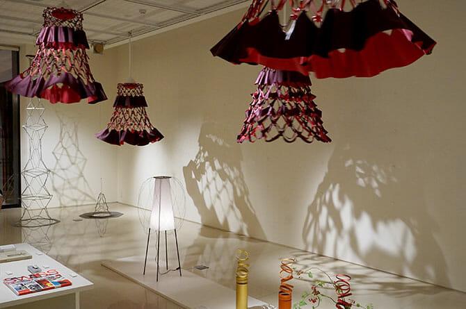 個展会場見返り、中央は岐阜提灯の浅野商店とのコラボレーションによる美濃和紙のあかり「Minoï」(ミノイ、美濃+オイ)