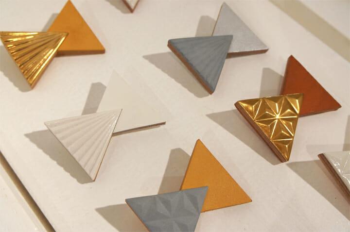 「Douze / 十二あゆみ」セラミックや革、木など異素材を合わせたブローチ